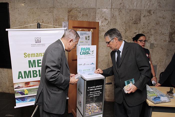 O presidente do TJ, desembargador Milton Fernandes (à direita), e o desembargador Jessé Torres testam a máquina Papa-Cartão